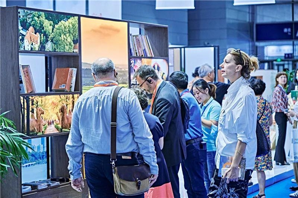 Foreigners visit Grand Canal Expo in Wuxi