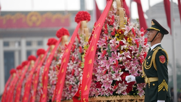 Xi pays tribute to national heroes in Tian'anmen Square