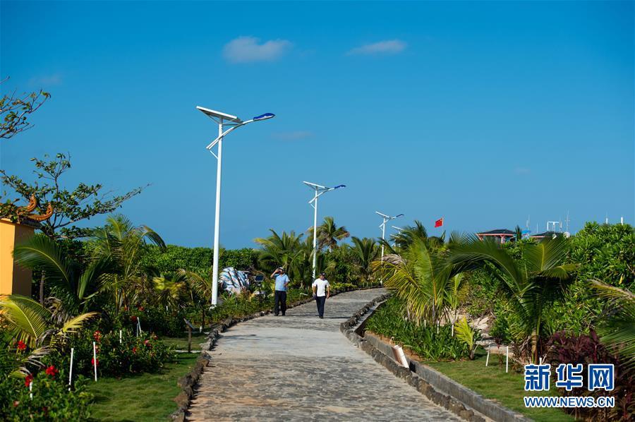 两位岛民在赵述岛新建成的步道上散步.jpg