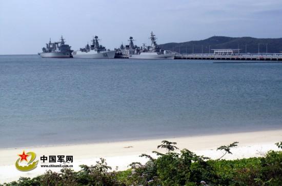 南海舰队新建环保军港,军港驻泊着现代化战舰.jpg