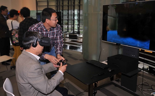 客商在歌尔股份展厅体验VR.jpg