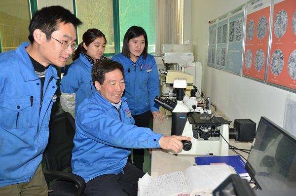 天瑞重工董事长李永胜(左二)正在跟技术人员讨论技术方案.jpg