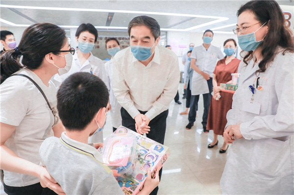 Municipal officials visit CQHCWC to send festival greetings