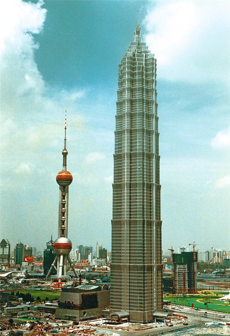 1998年8月28日,中国上海,当时中华第一高楼金茂大厦(420.5米)在东方明珠塔旁竣工启用。_副本.jpg