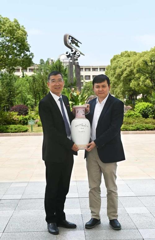 Zhang and school president.jpg