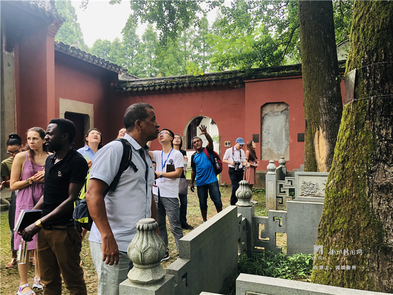 Foreigners Savor Traditional Chinese Culture