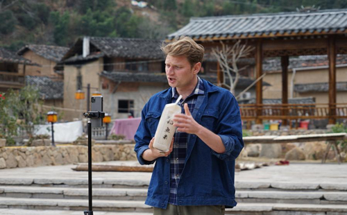 Russian student helps Chinese farmers sell products through livestreaming