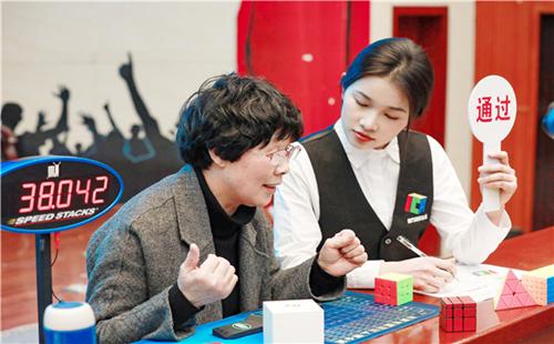 Rubik's Cube record-setting 'grandma' sees happiness in chasing dream