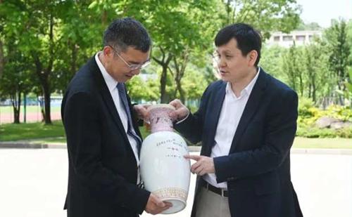 Zhang Wenhong visits alma mater in Zhejiang