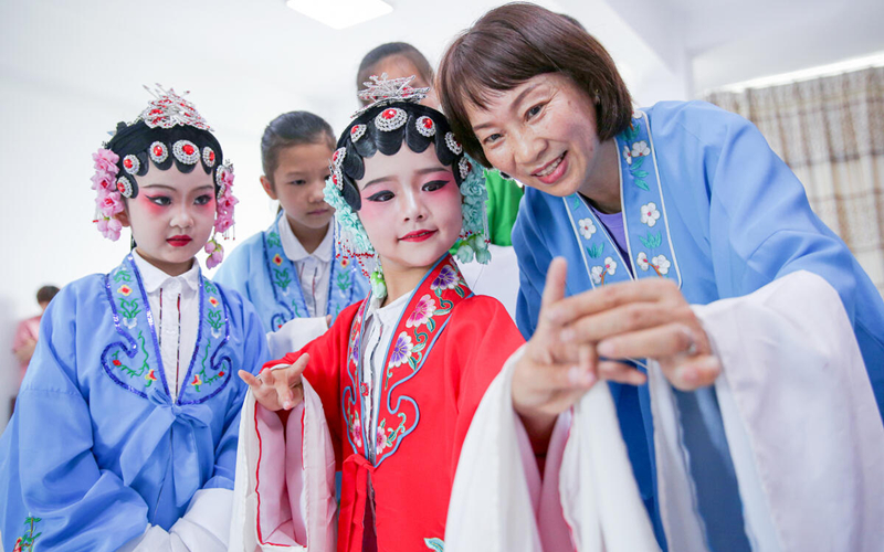 Huzhou schoolchildren embrace traditional Peking Opera