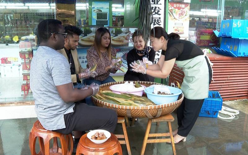 Expats make zongzi in Yueqing
