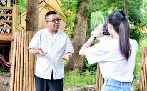 Hangzhou tour guide rises to fame online