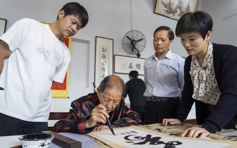 Chinese calligrapher, 102, livestreams his art