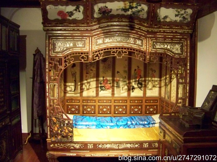 enclosed bed with 7 curves made of bone embodied rosewood.jpg