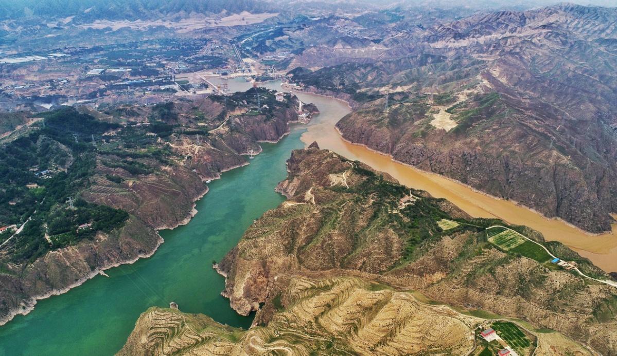 A splash of scenery at Liujiaxia Dam in Gansu