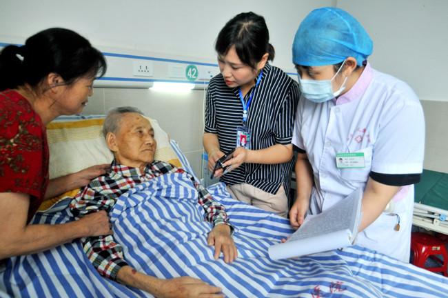 Focus on medical care for the elderly.jpg