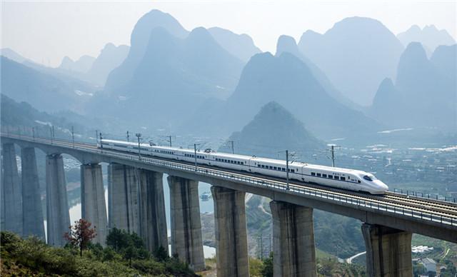 动车组列车经过广西喀斯特地貌山区。_副本.jpg