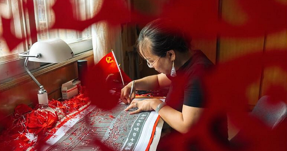 Luocheng artists make 71-meter-long paper-cut for CPC's 100th anniversary