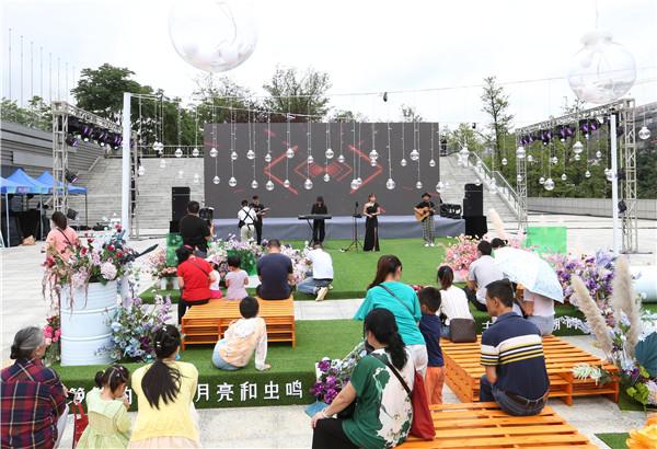 在G7保税广场方舟市集现场,市民在观看乐队表演.jpg