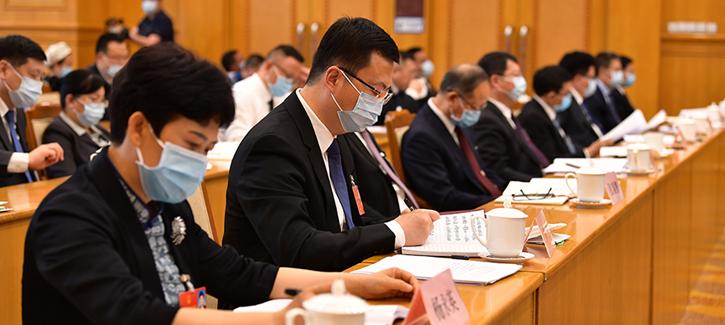 Guizhou NPC deputies and CPPCC members hand in proposals