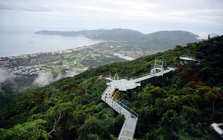 Hainan's first sea-view glass skywalk debuts in Sanya