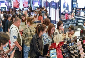Shoppers enjoy offshore tax-free shopping spree in Hainan