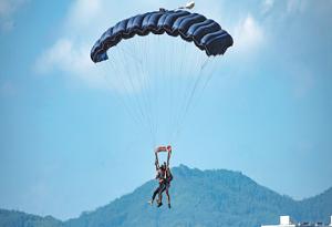 Paragliding rides take flight on Hainan island