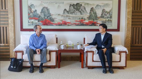 Liao Qinglin meets with Professor Mark Roseland of Arizona State University
