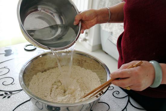 莜面放入盆中,加入凉水搅拌、和面。 副本.jpg