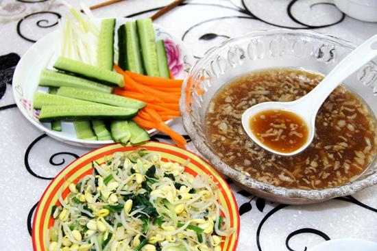 浓香的热汤,爽口的凉菜,新鲜的配菜,搭配劲道的莜面,美味十足.jpg