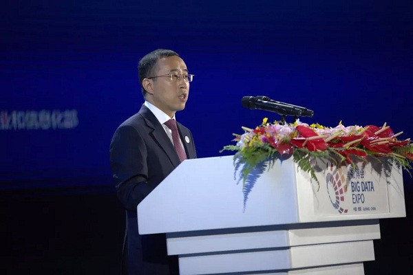 Lu Minfang, CEO of Mengniu Dairy Group delivers the keynote address at the 2018 China International Big Data Industry Expo.jpg