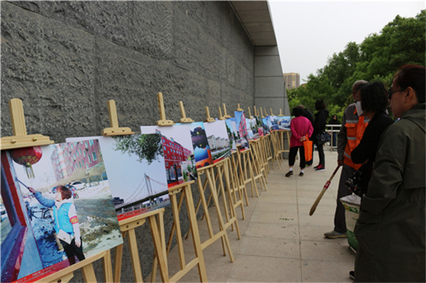 Visitors enjoy photographs at an exhibition in Hohhot.jpg