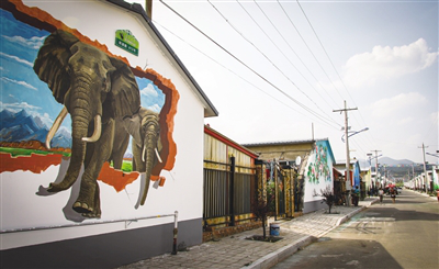 The mural painting of two elephants is vivid and close to life.png