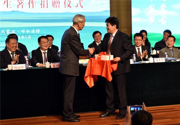 Wu Jie donates 500 publications to IMNU.jpg
