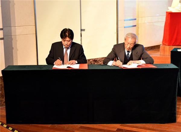 Yun Guohong and Ulanhu sign an agreement.jpg