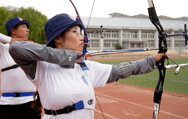 A student aims at the bull's eye during the preliminary round of the Chinese University Archery Championship.jpg