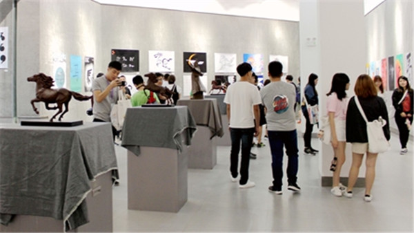 Delegates visit the design art festival held at IMNU in Hohhot, North China's Inner Mongolia autonomous region, August 7.jpg