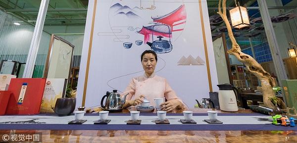 2018年8月17日,呼和浩特,2018第六届呼和浩特茶产业博览会举行。图为茶艺师在茶博会上表演茶艺。.jpg