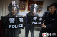 International students from Nanjing Normal University try on police protective gear200.jpg