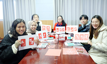 Intl students learn paper-cutting