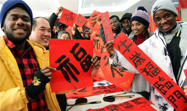 Intl students write auspicious couplets to welcome the Spring Festival