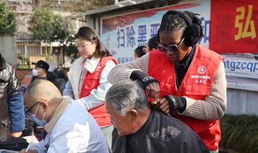 Intl, Tibetan students follow Lei Feng Spirit