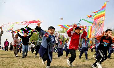 Jiangsu students enjoy spring activities