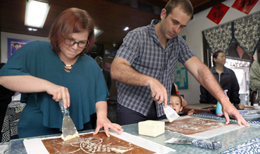 Intl students explore traditional dyeing craft