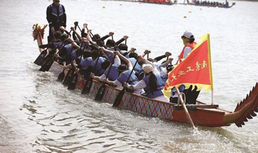 Nanjing college students compete in dragon boat race