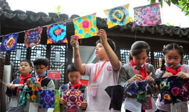 Nanjing students experience intangible cultural heritage