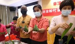 International students experience zongzi-making