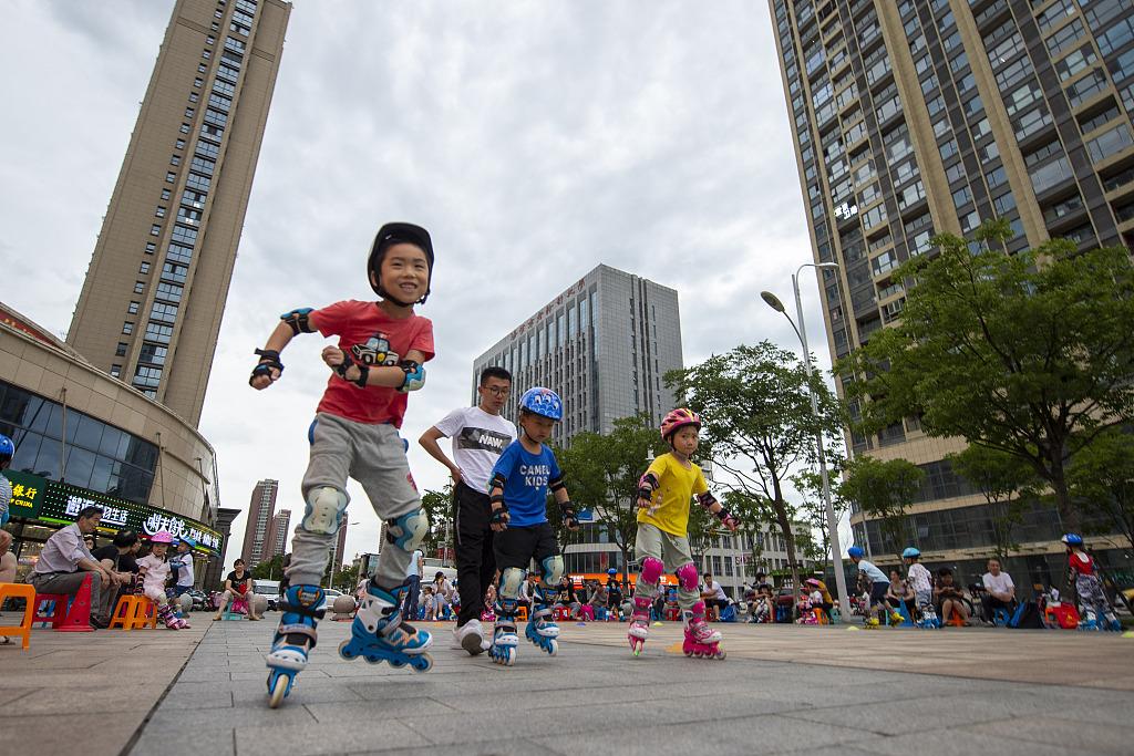 江苏海安:儿童练习轮滑快乐度暑假.jpg
