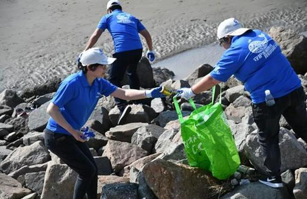 Qidong volunteers help with coastline protection