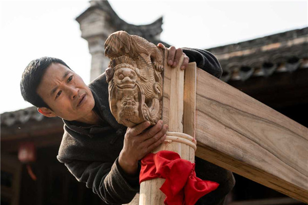 Ninghai artisan constructs opera stage in courtyard